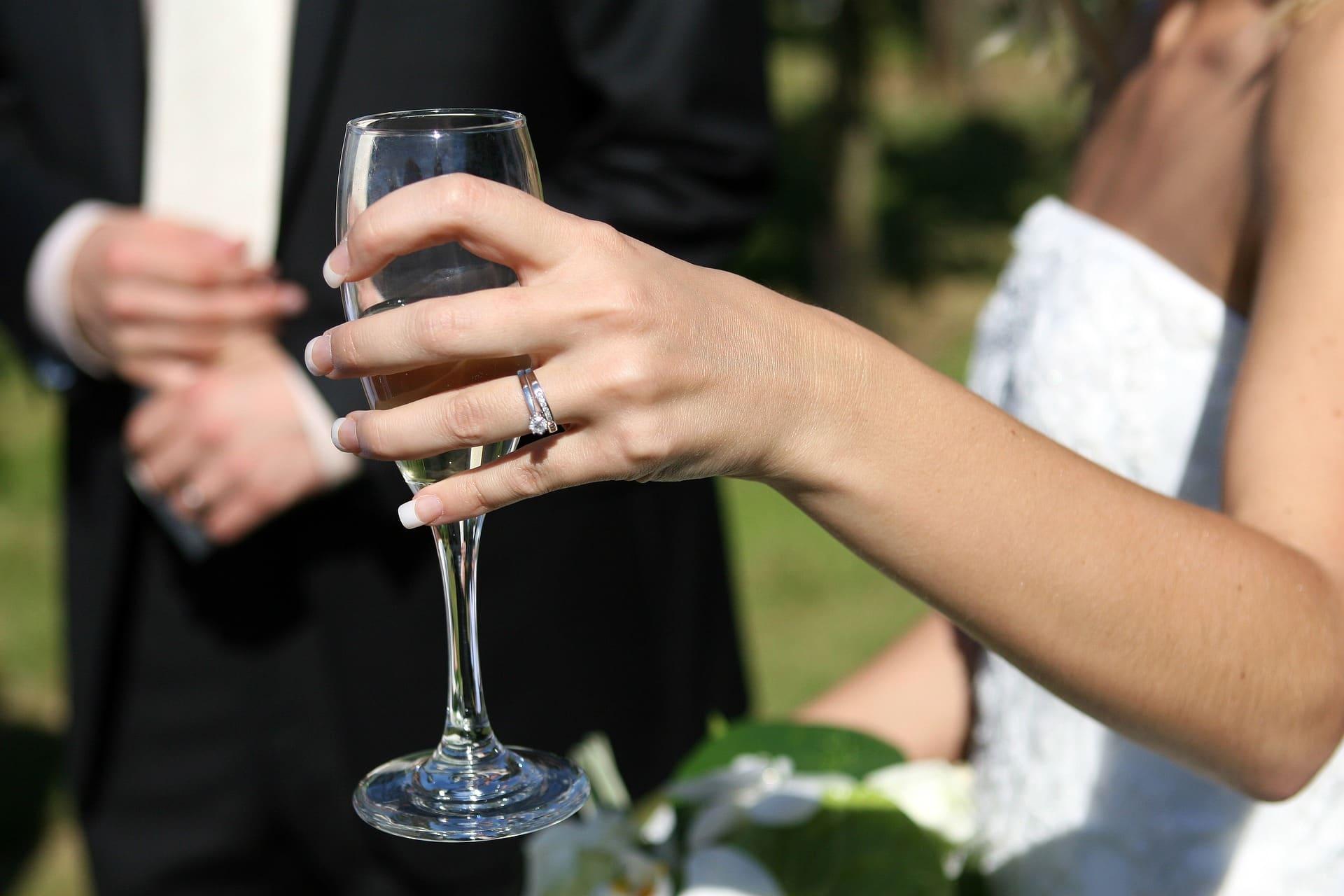 célébrer l'achat d'une alliance de mariage en diamants
